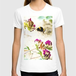 the flight of bumble bee on the dunes I T-shirt