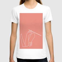 Living Pantone Coral Minimal line drawing of Audrey Hepburn in Breakfast at Tiffany's T-shirt