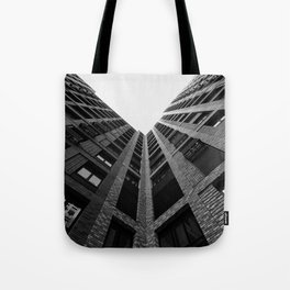 Regarder un immeuble Tote Bag