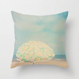 a retro beach umbrella print Throw Pillow