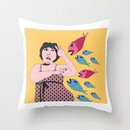 pez koi ataque Throw Pillow