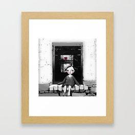 Niña en la ventana Framed Art Print