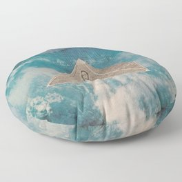 Flotar entre las nubes  Floor Pillow
