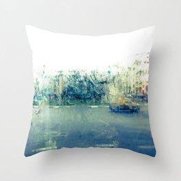 A través del cristal (color version) Throw Pillow
