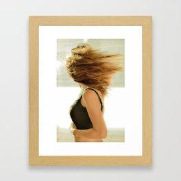 Dejaré que el viento bañe mi cabeza Framed Art Print