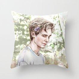 Isak fotografert av Even Throw Pillow