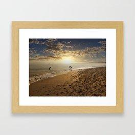 jugando con el sol Framed Art Print
