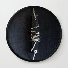 Avvolti in un difficile presente Wall Clock