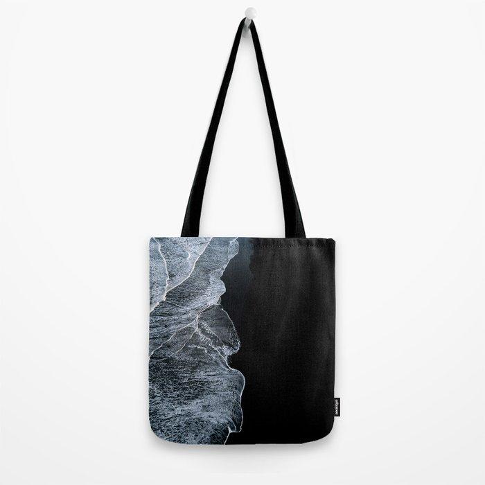Waves on a black sand beach in iceland - minimalist Landscape Photography Umhängetasche