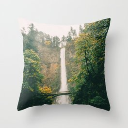 Multnomah Falls / Oregon Throw Pillow