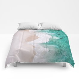 Waves spread out on the coast Comforters