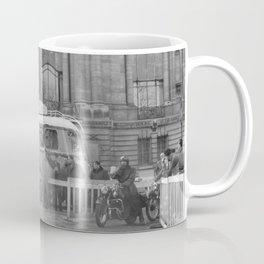 Een man laat de decibellen van zijn brommer meten, Bestanddeelnr 254 0063 Coffee Mug