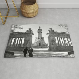 Couple at Madrid monument Rug
