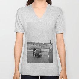 Mannen op een brug in Parijs, Bestanddeelnr 254 0015 Unisex V-Neck