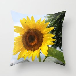 une seule fleur Throw Pillow