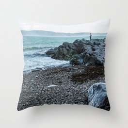 La vie sur le fleuve Throw Pillow