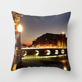 Sobre el puente Throw Pillow