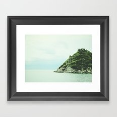 Une ile Framed Art Print