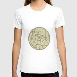 Medieval Carpenter Sawing Wood Circle Retro T-shirt