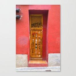Puerta en pared roja Canvas Print