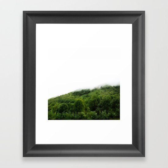 Les monts brumeux Framed Art Print