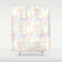 memphis Shower Curtains featuring Memphis geométrico by Flor Tate