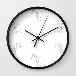 Jeune fleur bleue fanée Wall Clock