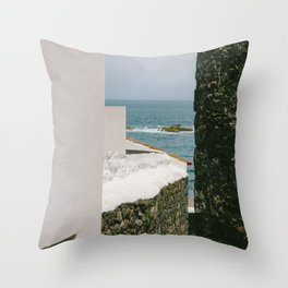 le passage étroit Throw Pillow