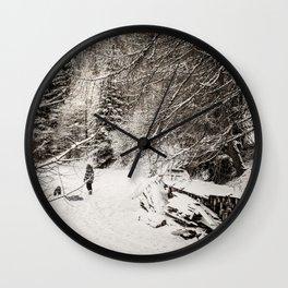 Dans la neige Wall Clock