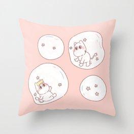 Jugando en Burbujas Throw Pillow
