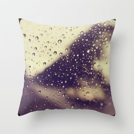 Une petite voiture Throw Pillow