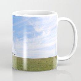 Blauer Himmel über Schaf auf grünem Deich Nordseeinsel Pellworm Coffee Mug