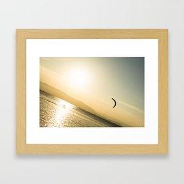 Persigue tus sueños Framed Art Print